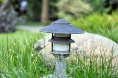 Lámpara moderna en jardín foto de archivo libre de regalías