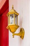 Lámpara moderna en la pared con el fondo del papel pintado Fotografía de archivo