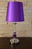 Lámpara moderna en la tabla de madera Imagen de archivo