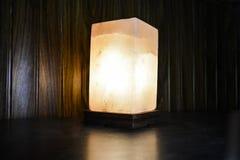 Lámpara natural de la sal del cubo | Sal Himalayan fotos de archivo