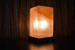 Lámpara natural de la sal del cubo | Sal Himalayan imagenes de archivo