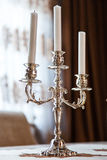 Lámpara - palmatoria con tres velas de plata. foto de archivo libre de regalías