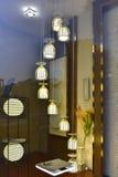 Lámpara pendiente de moda en la ventana de demostración de cristal Fotografía de archivo libre de regalías