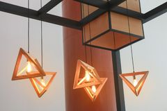 Lámpara pendiente del triángulo de madera moderno Imagenes de archivo