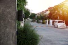 Lámpara pulida de la pared y de pared del desván con el sol de la tarde fotografía de archivo