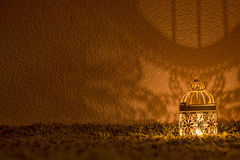 Lámpara que brilla en una pared oscura Fotografía de archivo libre de regalías