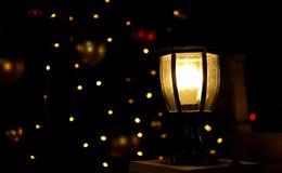 Lámpara que brilla intensamente en la noche oscura, luz brillante en oscuridad Foto de archivo libre de regalías