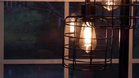 Lámpara que refleja en ventana con nieve de la tarde detrás almacen de metraje de vídeo