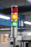 Lámpara roja, amarilla y verde en una fábrica Imagen de archivo