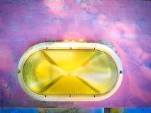 Lámpara sucia vieja colorida viva en la pared rosada fotos de archivo libres de regalías