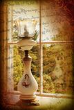 Lámpara victoriana por la ventana Foto de archivo libre de regalías