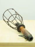 Lámpara vieja aislada en la tabla Imagen de archivo libre de regalías