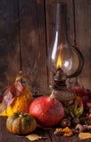 Lámpara vieja con las calabazas, las bellotas y las hojas Foto de archivo libre de regalías