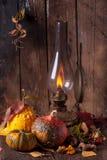 Lámpara vieja con las calabazas, las bellotas y las hojas Imágenes de archivo libres de regalías