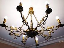 Lámpara vieja del bronce con ocho brazos imágenes de archivo libres de regalías