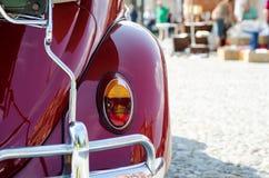 Lámpara vieja del coche en una demostración Fotos de archivo