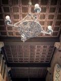 Lámpara vieja del hierro y techo de madera coffered Foto de archivo