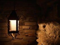 Lámpara vieja en la pared de ladrillo Imagen de archivo libre de regalías