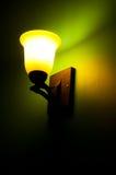 Lámpara vieja en una pared verde Imagenes de archivo