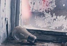 Lámpara vieja en windowsill Imágenes de archivo libres de regalías