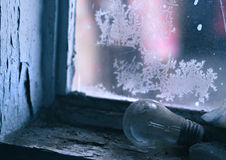 Lámpara vieja en windowsill Imagen de archivo