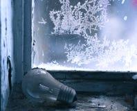 Lámpara vieja en windowsill Foto de archivo libre de regalías