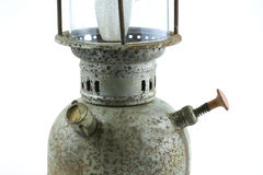 Lámpara vieja o del vintage de huracán en el fondo blanco, corrosión material del material de la lámpara Foto de archivo