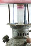 Lámpara vieja o del vintage de huracán en el fondo blanco, corrosión material del material de la lámpara Fotografía de archivo libre de regalías