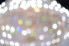 Lámpara y bokeh amarillos borrosos del arco iris para el fondo de lujo o feliz del día de fiesta la Navidad, Año Nuevo, cumpleaño imagenes de archivo