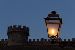 Lámpara y castillo foto de archivo