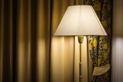 Lámpara y cortinas viejas en la habitación Imagenes de archivo