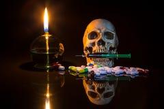 Lámpara y cráneo con syring Imágenes de archivo libres de regalías