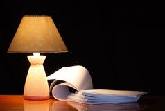 Lámpara y cuadernos espirales Imagen de archivo libre de regalías