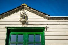 Lámpara y edificio de madera imagenes de archivo