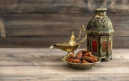 Lámpara y fechas del Ramadán en fondo de madera Linterna oriental Fotografía de archivo