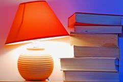 Lámpara y libros fotografía de archivo