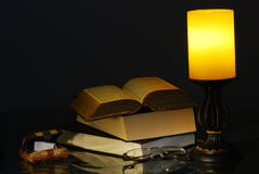 Lámpara y libros viejos Fotos de archivo
