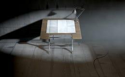 Lámpara y papel de elaboración de escritorio Imagen de archivo