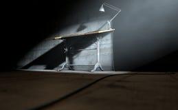 Lámpara y papel de elaboración de escritorio Fotos de archivo libres de regalías