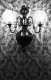 Lámpara y papel pintado retros Foto de archivo libre de regalías