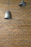 Lámpara y pared de ladrillo inoxidables del vintage Fotografía de archivo libre de regalías