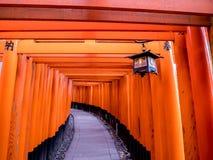 Lámpara y puertas japonesas del templo fotos de archivo