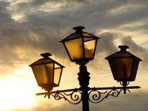 Lámpara y puesta del sol de calle vieja Fotografía de archivo