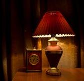 lámpara y reloj viejos Foto de archivo libre de regalías