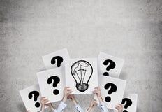 Lámpara y signo de interrogación Imagenes de archivo