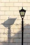 Lámpara y sombra de calle Imagenes de archivo