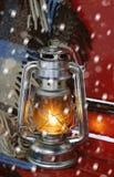 Lámpara y tela escocesa de keroseno del vintage en el invierno Fotografía de archivo