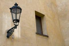 Lámpara y ventana en Praga Fotografía de archivo