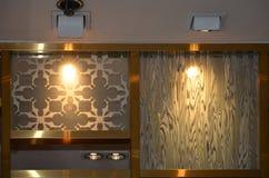 Lámparas abajo de ligeras con el modelo en los espejos imagenes de archivo