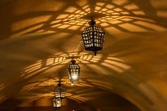 Lámparas antiguas de las lámparas en la mazmorra de la cueva Fotografía de archivo libre de regalías